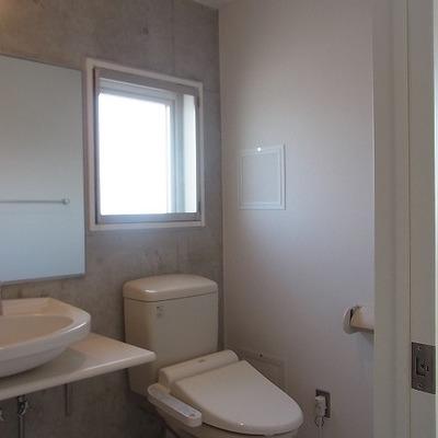 トイレにも窓が。いたるところにある窓の1つ。