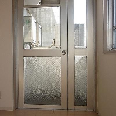 この扉の奥がバルコニー。ひと一人立てるくらい。※写真は別部屋です