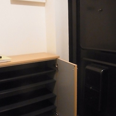 玄関はレトロ感があってかわいいです!※写真は別部屋です