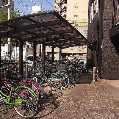 エントランスには自転車置き場あり。