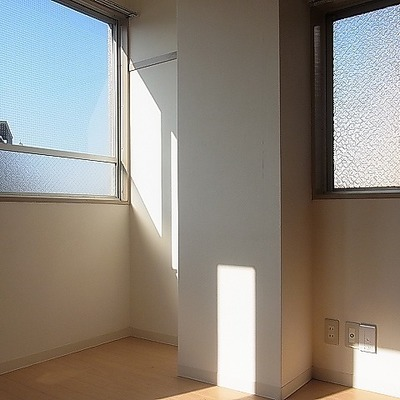 この隙間スペースうまく使いたいですね。※写真は別部屋です