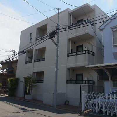 3階建のマンションです。※写真は、前回募集時のものです。