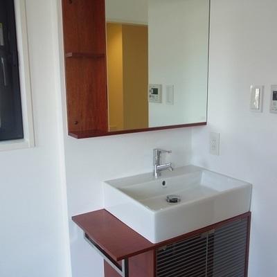木目の独立洗面台。※写真は、前回募集時のものです。