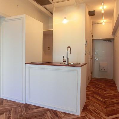 キッチンの装飾や水周りへの扉も凝っています!