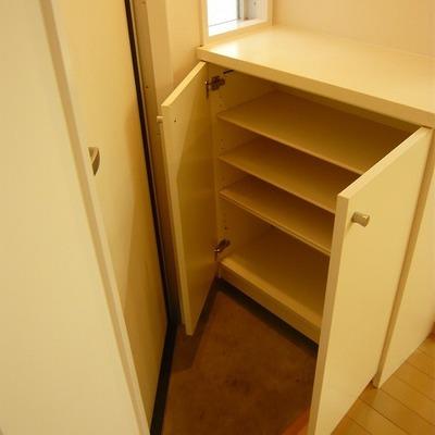 玄関は狭いですが、シューボックス付き。※写真は前回募集時のものです。