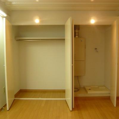 クローゼット。右は洗濯機置場。※写真は前回募集時のものです。