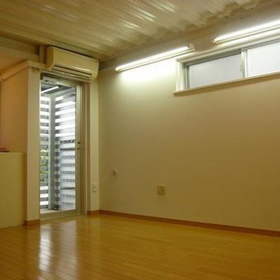 南向きの高い窓から光が入ります。※写真は前回募集時のものです。