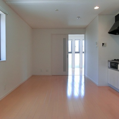 3面斜光の明るいお部屋。