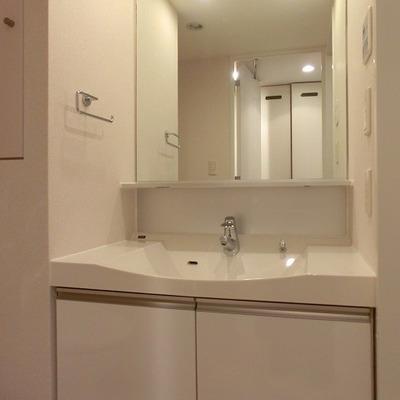 大きな鏡の洗面台。※写真は前回募集時のものです