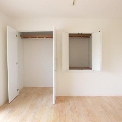 2階の洋室。収納が多いです。