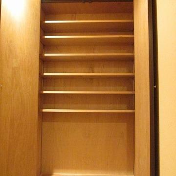 玄関横の収納も多い。靴置き放題ですね。