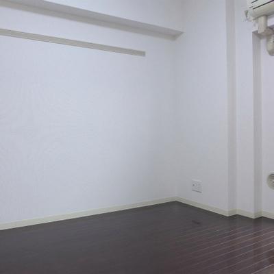 壁にはハンガー掛けがあります。