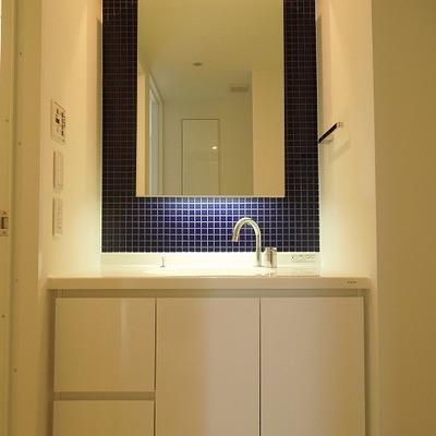 ブルーのタイルが素敵な洗面台 ※写真は別部屋です