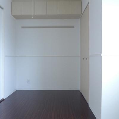 5.8帖の洋室にも収納スペースたくさん!