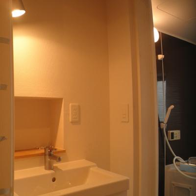 洗面台は、ここに鏡がつきます。