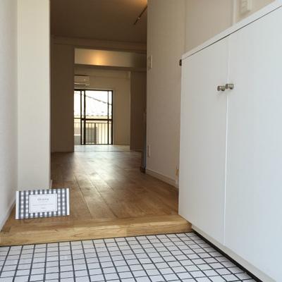 玄関は白いタイル仕様※画像は202号室