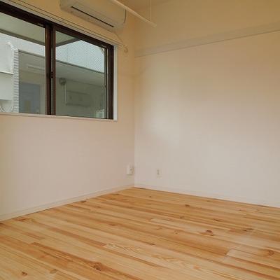 床はパイン材です。※画像は床のイメージです