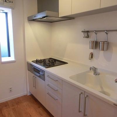 3口ガスコンロのシステムキッチン※写真は別部屋です