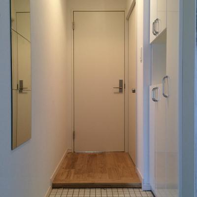 玄関は白いタイル、シューズボックスも新設です