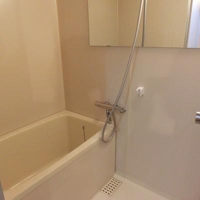 お風呂には横長ミラーがつきました。