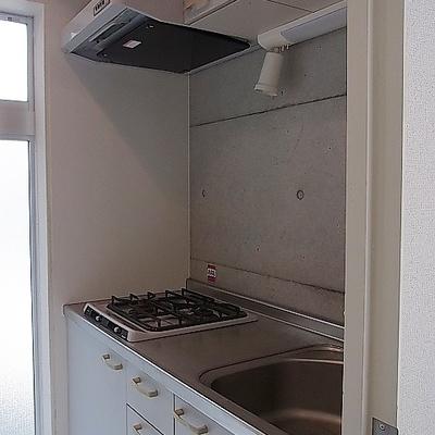 キッチンの後ろに洗濯パンがあります