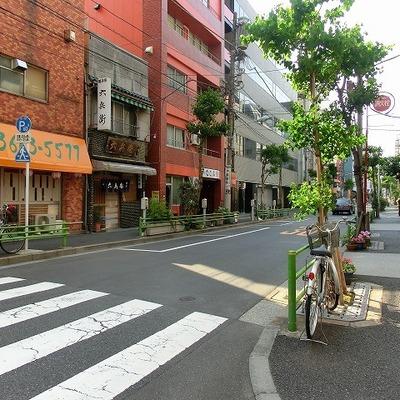 建物前の交差点には飲食店がちらほらと。