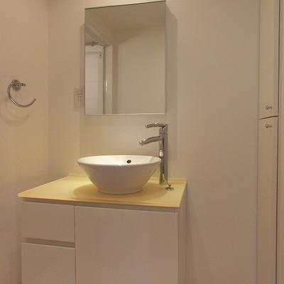 黄色の台がオシャレな洗面スペース