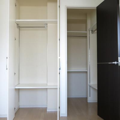 寝室収納、小クローゼットとウォークインクローゼット付。