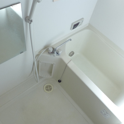 お風呂は普通サイズ。窓がありますよ。