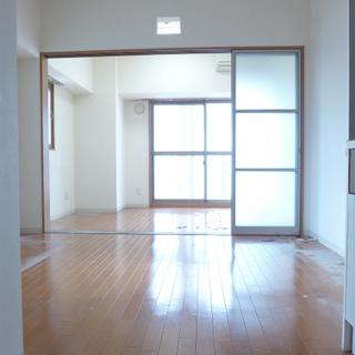 キッチン側からお部屋を眺める。明るいですね!