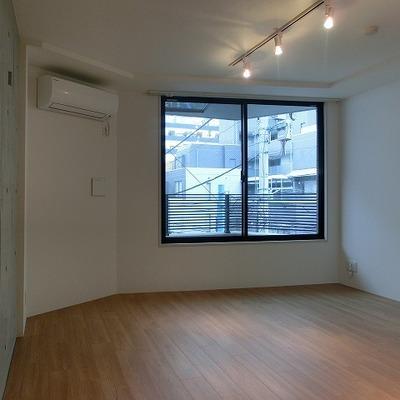 うちっぱなしの壁も暖かみのある空間とベストマッチ  ※写真は別部屋です