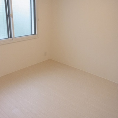 こちらは玄関入ってすぐの洋室。※写真は別室収納あります!
