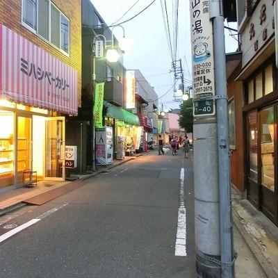 駅に向かう商店街には、パン屋や八百屋があります。