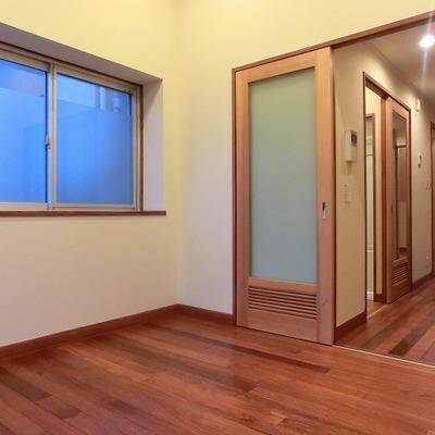 床は無垢、扉にも木が使われています。