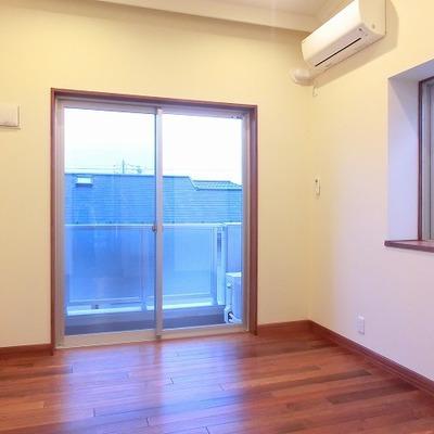 天井高と出窓とで開放感のあるお部屋に。