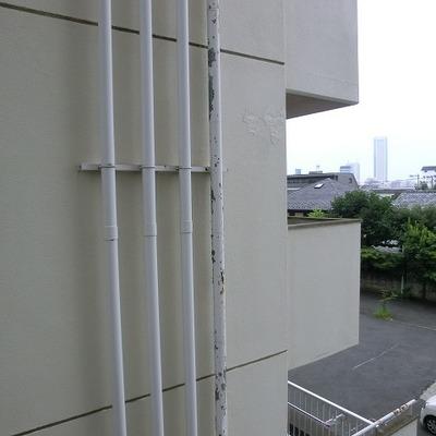 反対側の窓は建物が見えます。