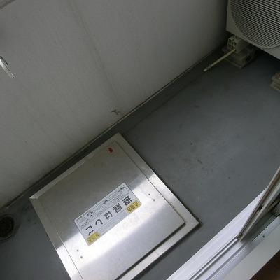 バルコニーに洗濯機をおきます。