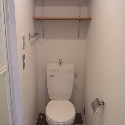 収納もあるトイレ。向かって左手に浴室にいきます。