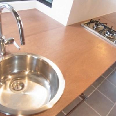 キッチンのシンク小さめ。作業スペース広々。