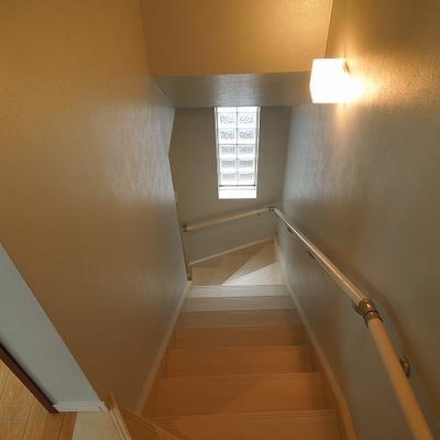 階段は照明がいい感じ