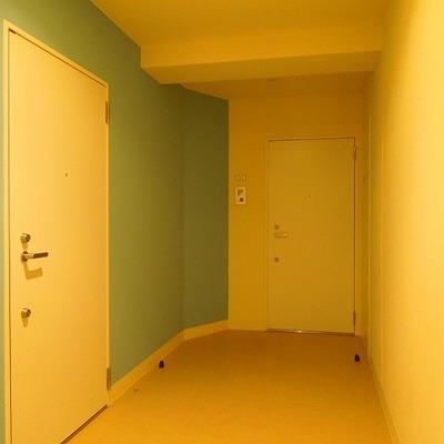 廊下の壁は爽やかブルー