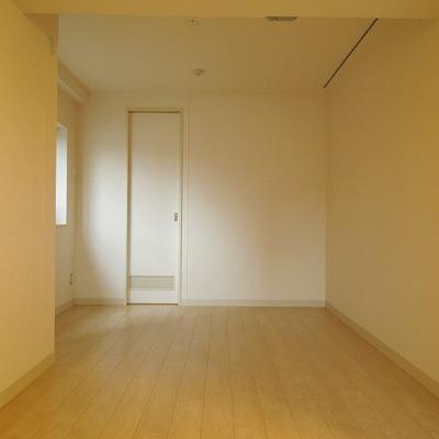 寝室の置くにはウォークインクローゼット※写真は3階のお部屋です