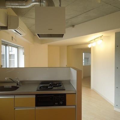 キッチンからお部屋を見た様子※写真は3階のお部屋です