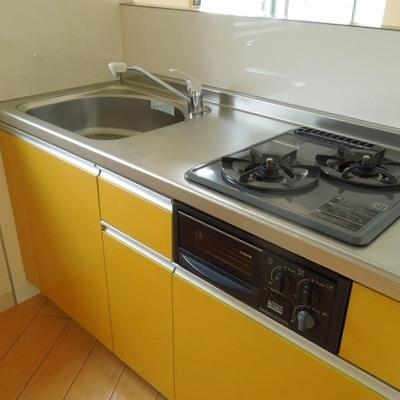 キッチンは2口のガスコンロ※写真は3階のお部屋です
