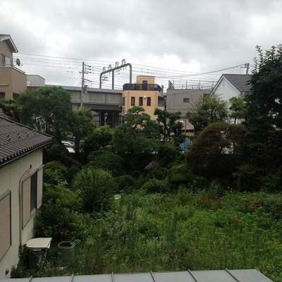 2階でこの眺望!向こうに線路がちらりと見えます