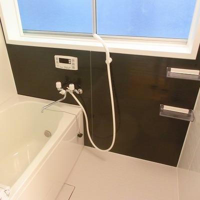 窓・追い焚き機能・換気扇付きの浴室です。