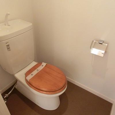 トイレは木製便座に変更です。