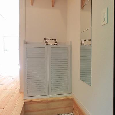 白タイルに靴箱、棚付玄関も可愛らしい!