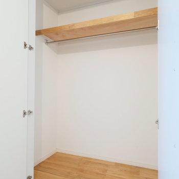 ベランダの付いた5.6畳のお部屋の収納。大きい!