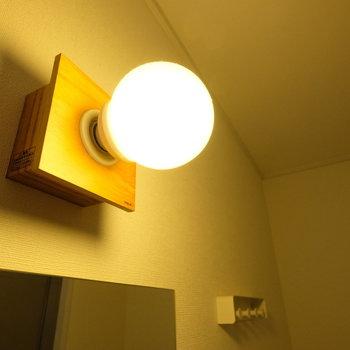 鏡上の照明がナチュラルなテイストをプラス!